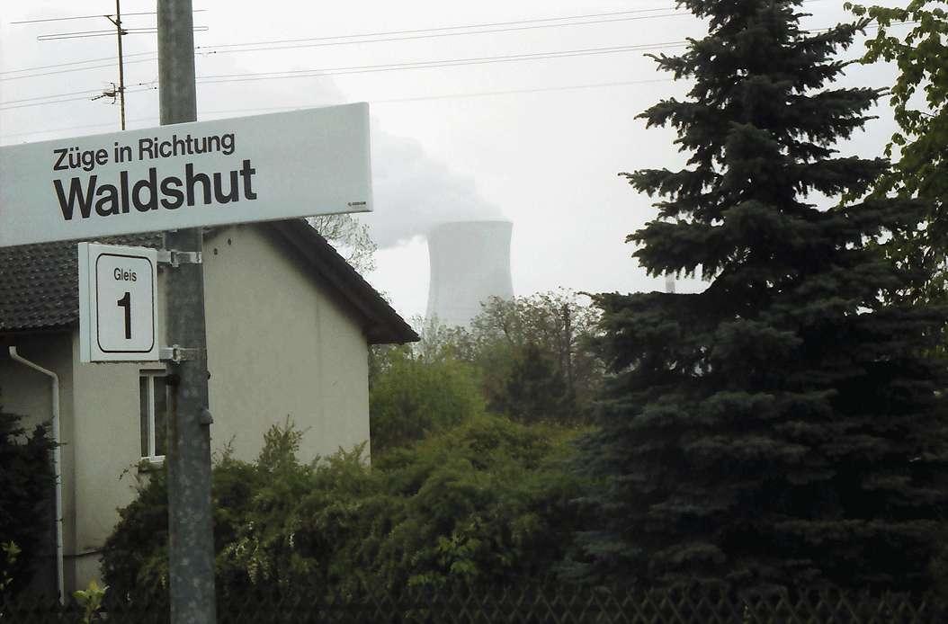 Leibstadt/Albbruck: Kühlturm des Atomkraftwerks im Hintergrund vom Bahnhof, Bild 1
