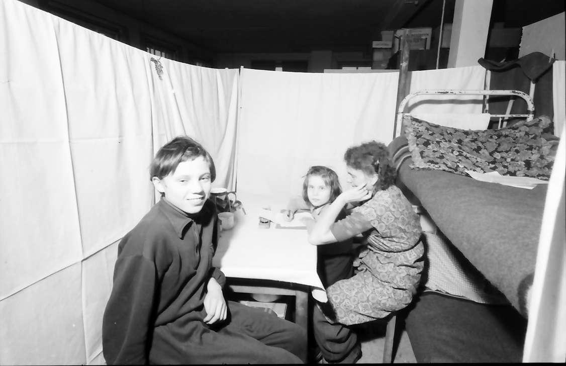 Schachen: Flüchtlingslager, Mutter und zwei Töchter in ihrem Lebensraum, Bild 1