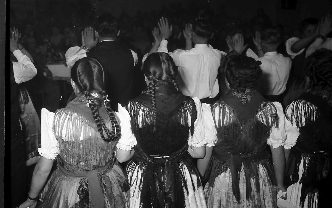 Offenburg: im Haus der Familie Schuller, Trachtengruppe beim Tanz, Bild 1