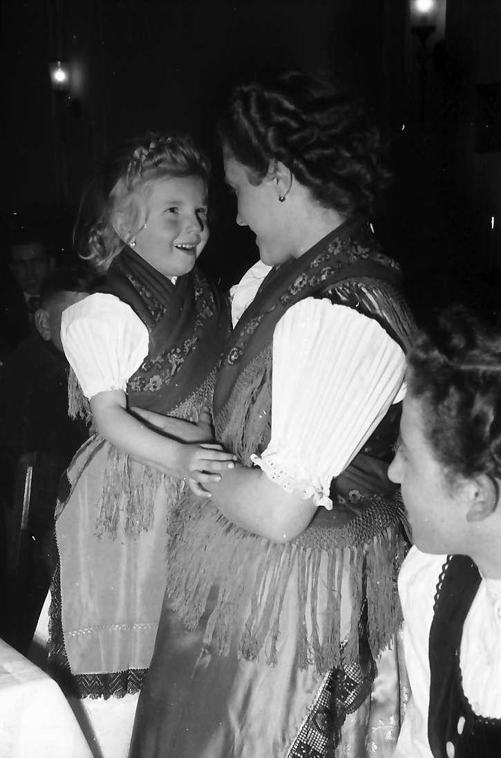 Offenburg: im Haus der Familie Schuller, Frau Schuller und Töchterchen in Tracht, Bild 1