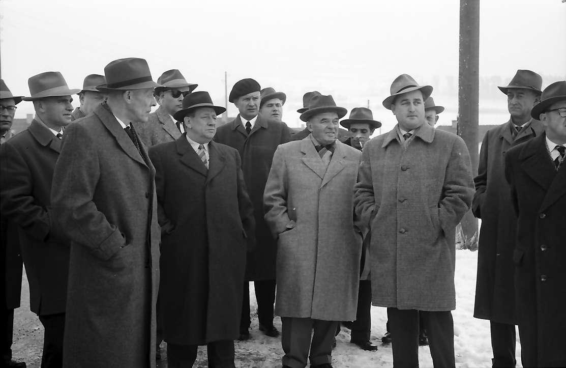 Villingen: Übergangswohnheim, Gruppen bei der Besichtigung mit Minister Fiedler und Regierungspräsident Dichtel, Bild 1