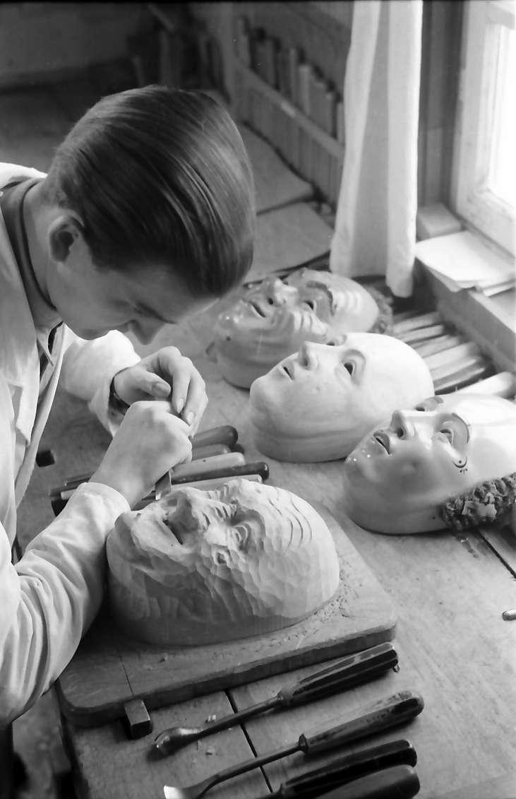 Villingen: Maskenschnitzer Eugen Merz, beim Schnitzen, Bild 1