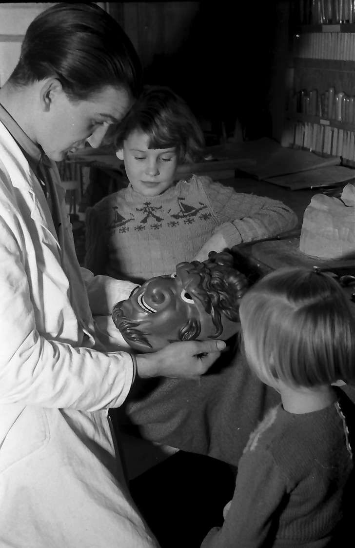 Villingen: Maskenschnitzer Eugen Merz, beim Schnitzen, mit Teufelsmaske, Bild 1