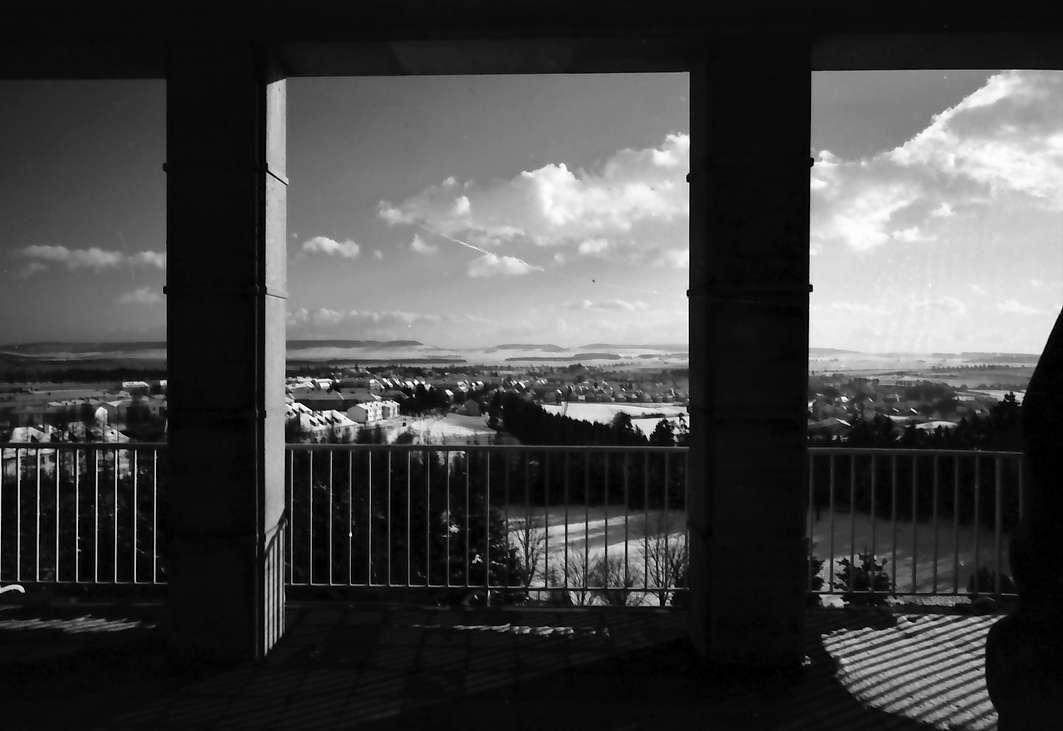 Donaueschingen: Blick vom Krankenhaus auf die Stadt, Vordergrund Terrasse, Bild 1