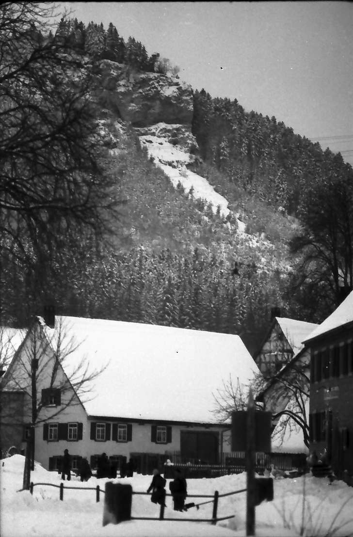 Egesheim/Heuberg: Dorfstraße mit Felsblock, mit Schulkindern, Bild 1