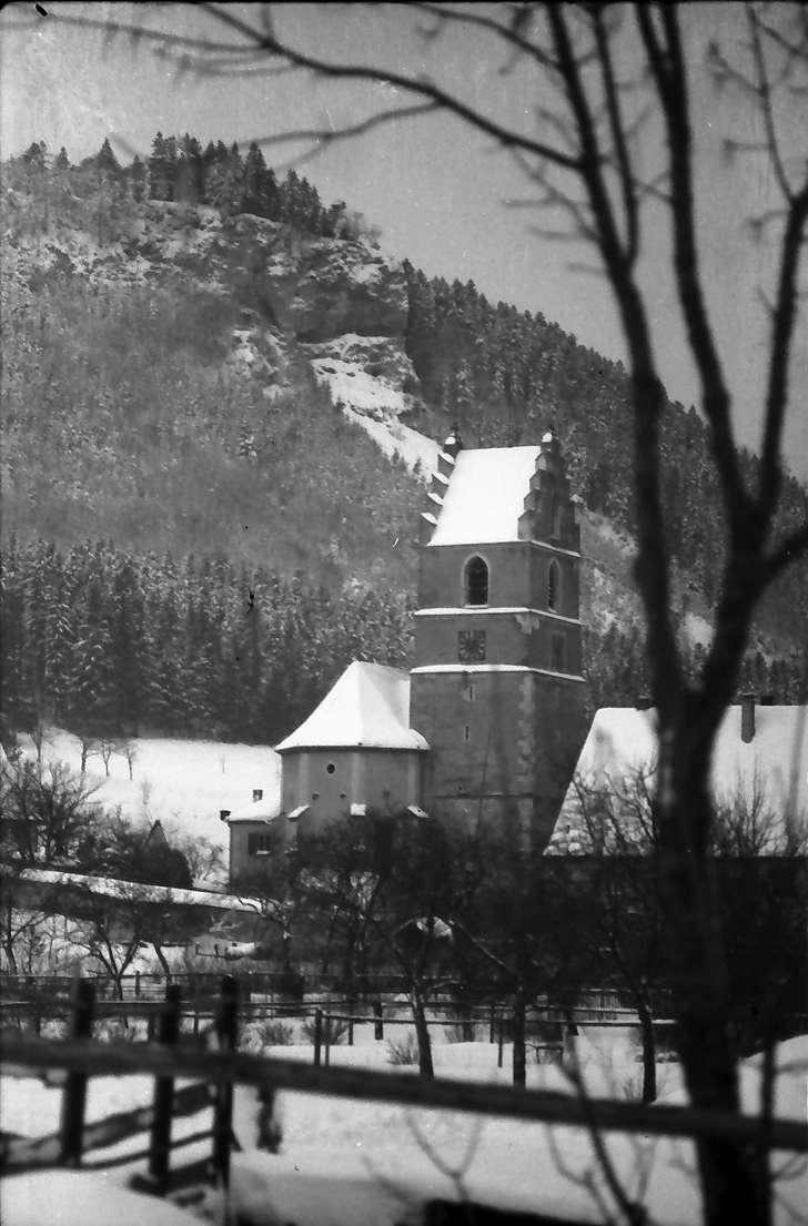 Egesheim/Heuberg: Kirche mit Felsblock, Bild 1