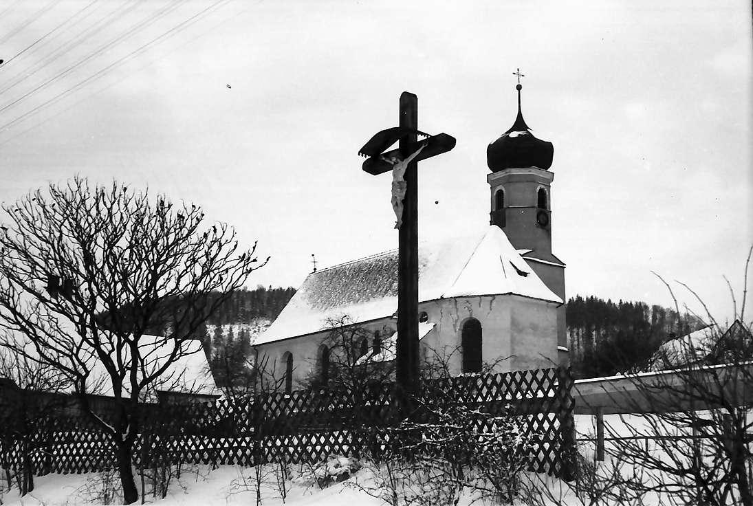 Reichenbach/Heuberg: Kirche, näher mit Kreuz, Bild 1