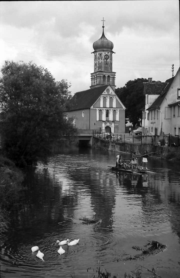 Meßkirch: Altkatholische Liebfrauenkirche mit See im Vordergrund, Bild 1