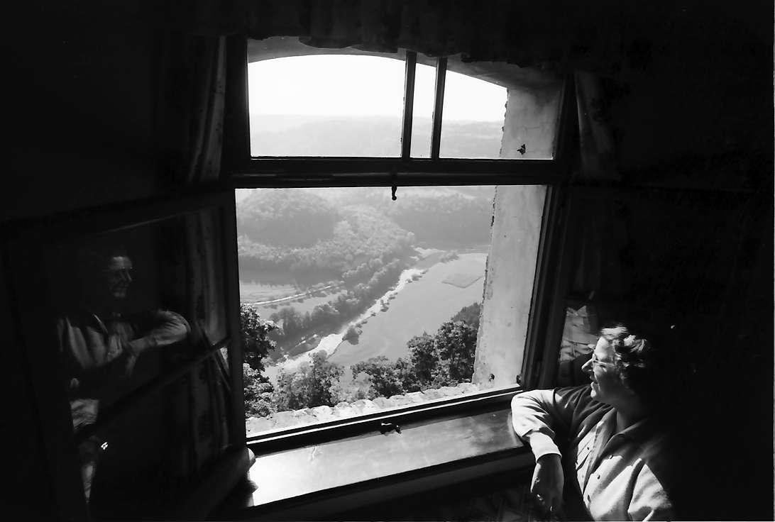 Wildenstein: Blick in eine Schleife des Donautals von der Wildenstein, mit einer Fensteraufnahme im Vordergrund, Bild 1