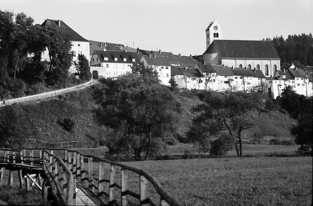 Mühlheim (Donau): Hochwassersteg und Blick auf Ort mit Kirche, Bild 1