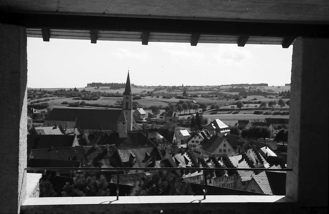 Löffingen: Ausblick durch Pavillon auf die Stadt, Bild 1