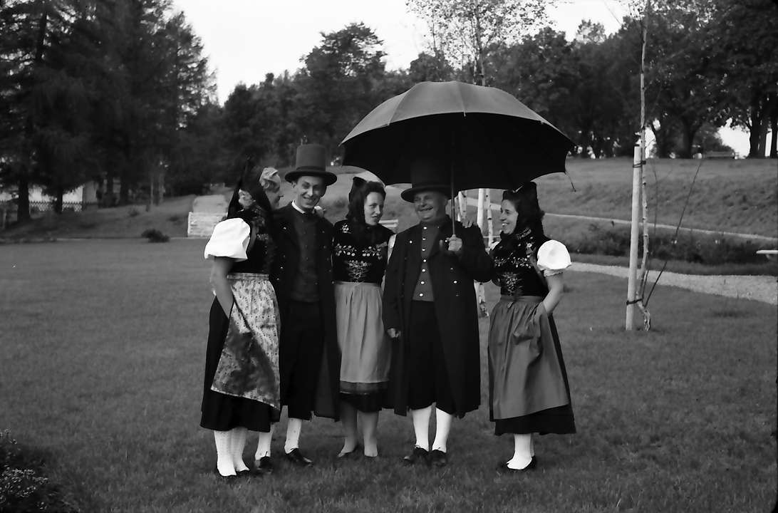 Löffingen: [Trachten]Gruppe mit Schirm, Bild 1
