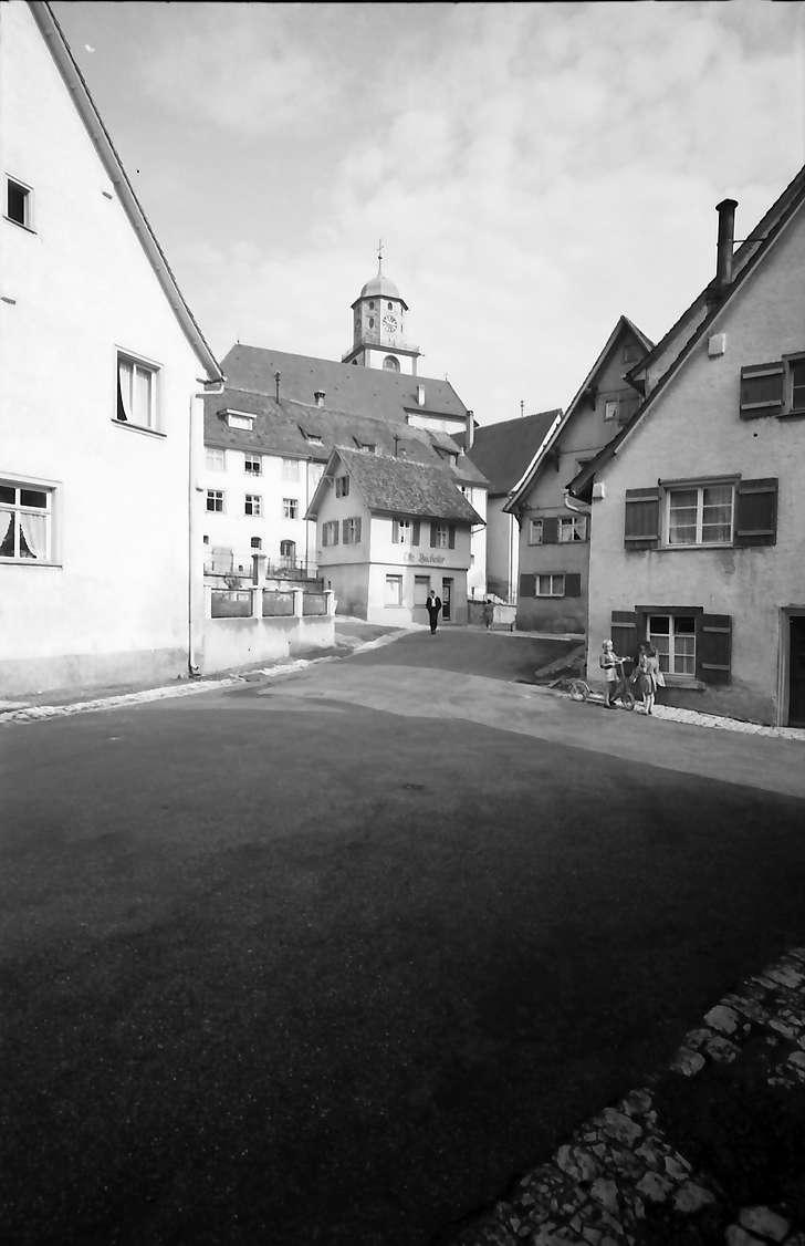 Meßkirch: Altstadtgasse mit Blick zur Kirche, Bild 1