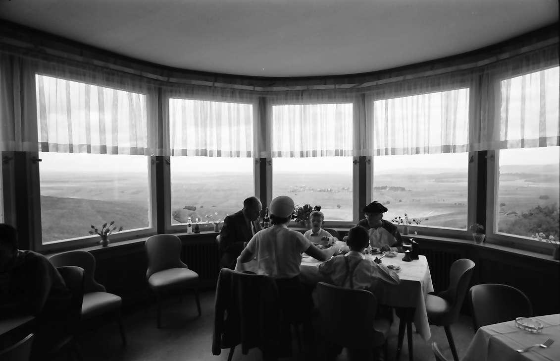 Schächer: Aussichtsfenster im Gasthaus, Bild 1