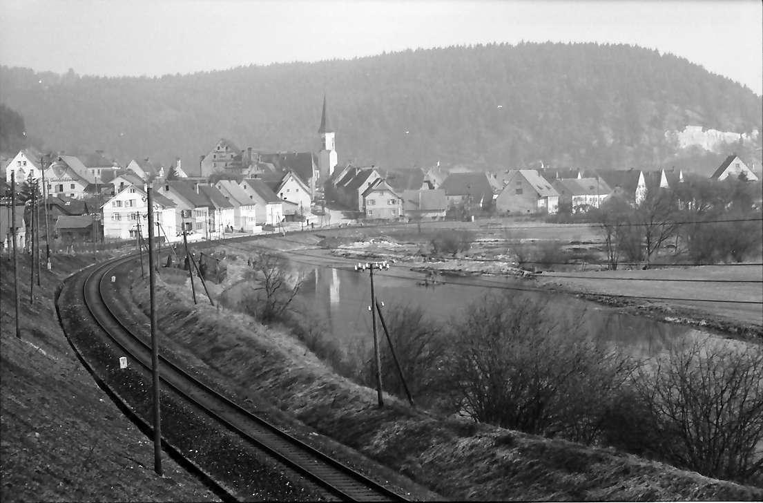 Möhringen: Bahnstrecke und Donau mit Blick auf Möhringen, Bild 1