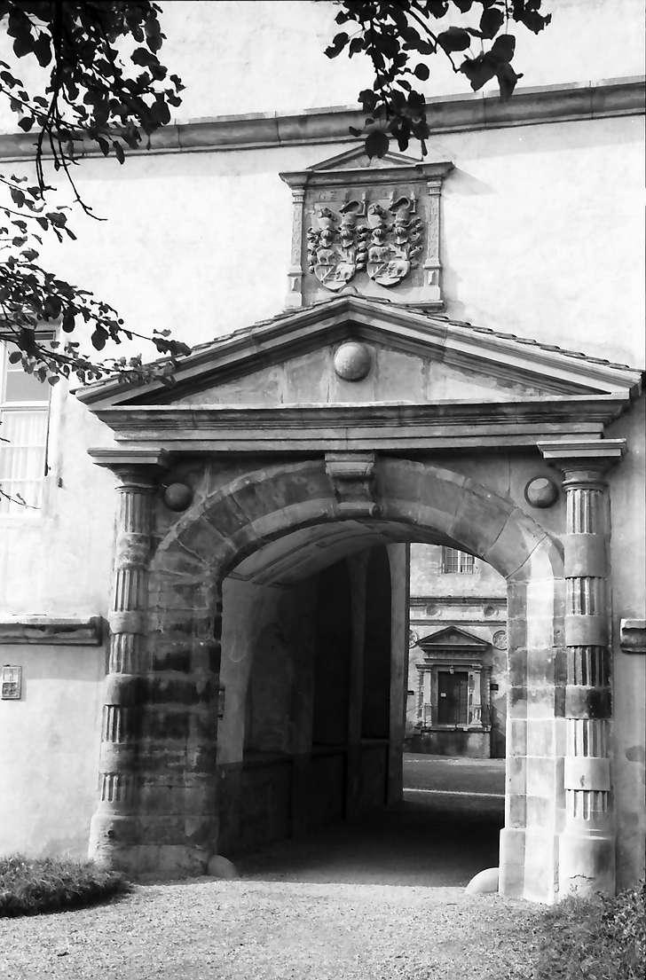 Meßkirch: Portal am Schlosshof, Bild 1
