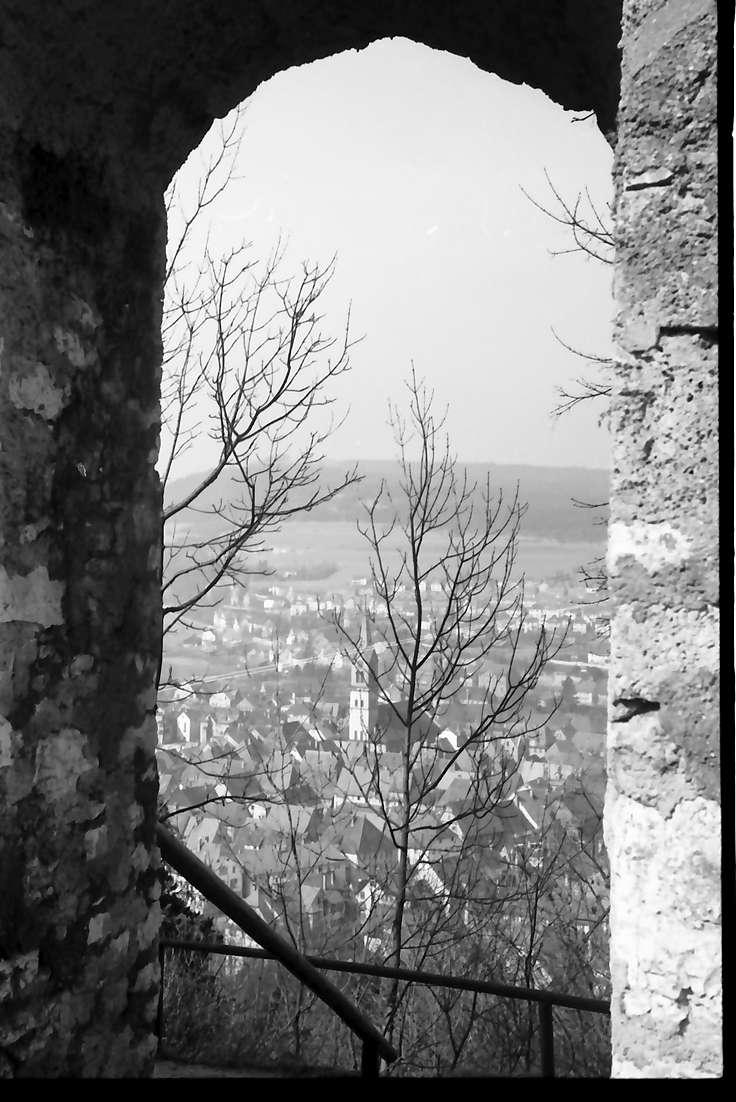 Tuttlingen: Durchblick durch Ruinenfenster auf die Stadt, Bild 1