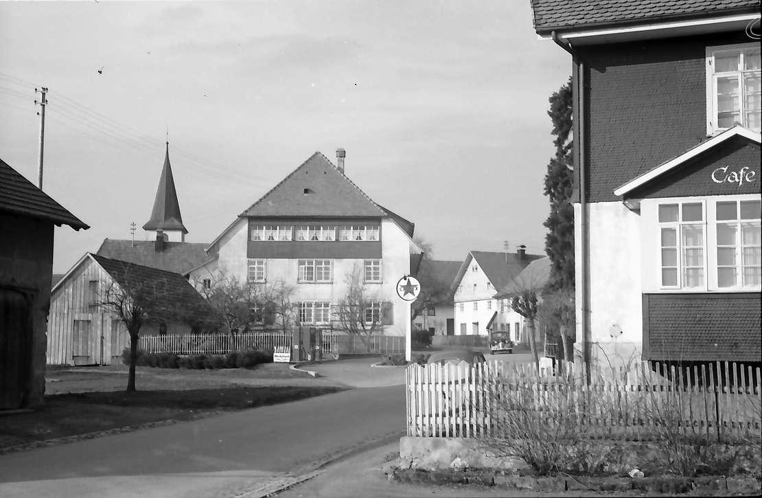 Birkendorf: Ortsstraße mt Kirchturm, Bild 1