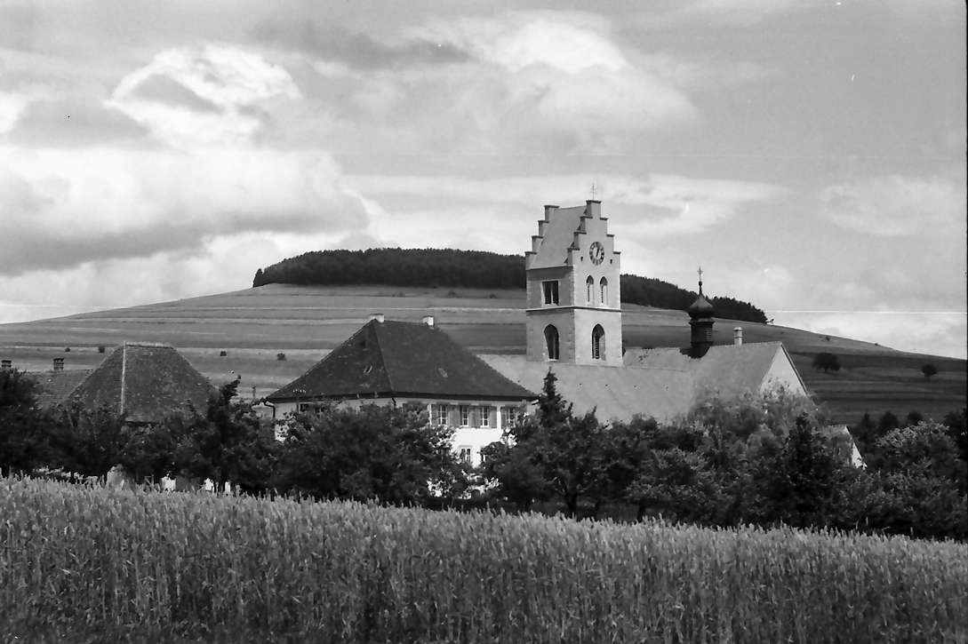 Tengen: Kirche hinter Kornfeld, Bild 1
