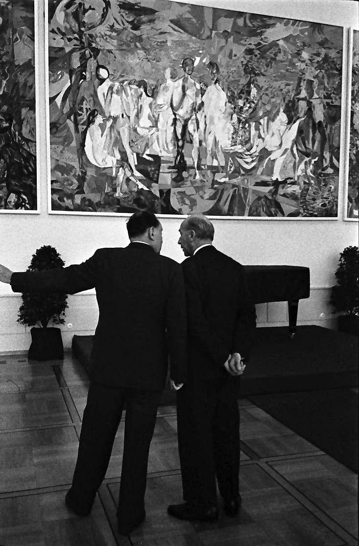 Singen: Dreiteiliges Gemälde von Becker, davor Günter Krebs, Dr. Rupp. Gießler, Bild 1