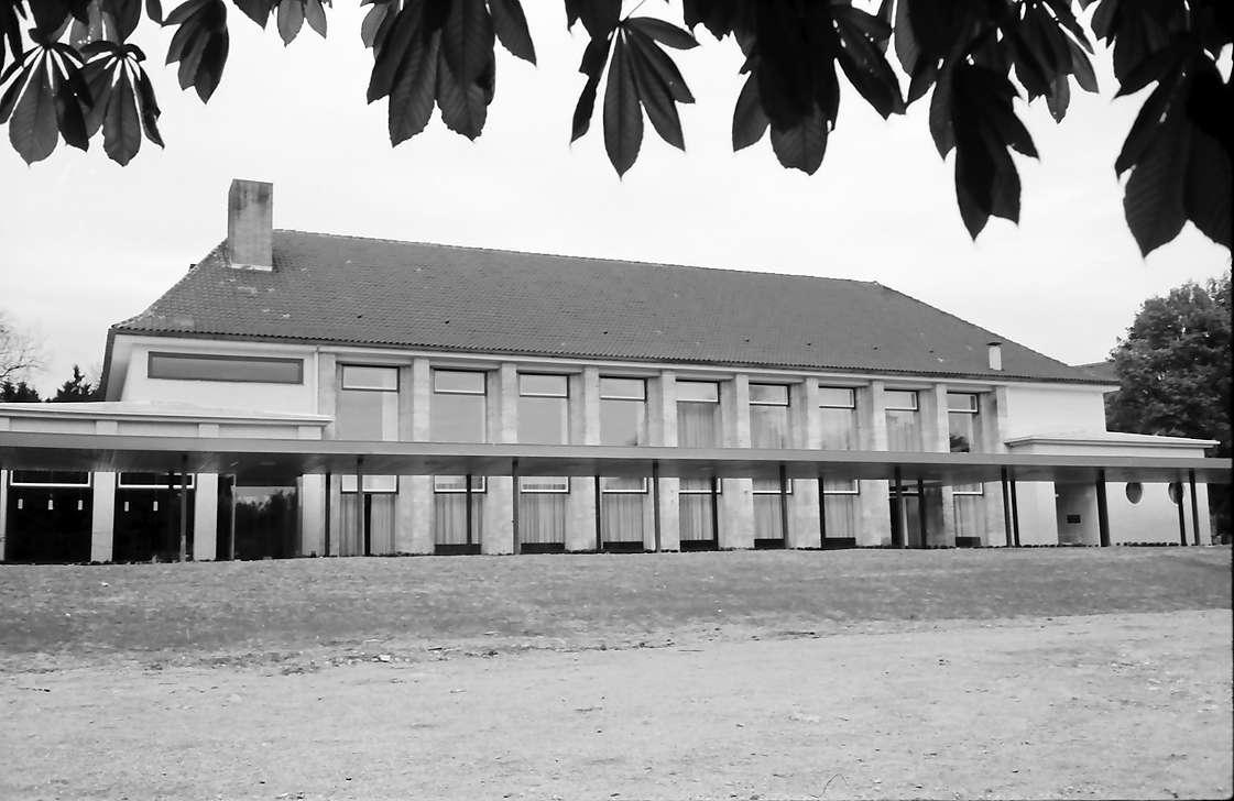 Bad Dürrheim: Neues Kurhaus, Vordergrund Kastanienblätter, Bild 1