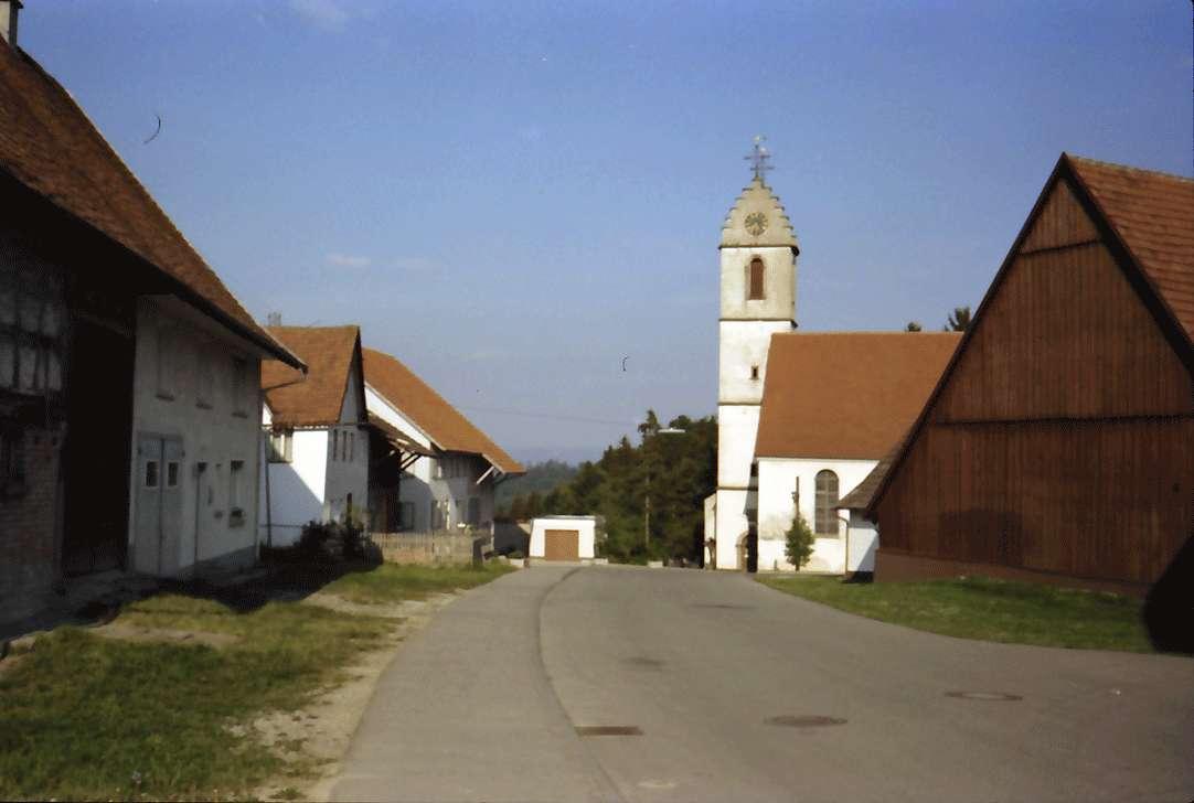 Herrenzimmern: Ortsbild mit Kirche, Bild 1