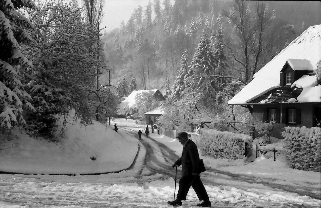 Freiburg, Günterstal: Kybfelsenstraße im Schnee (vom Rehhagweg), Bild 1