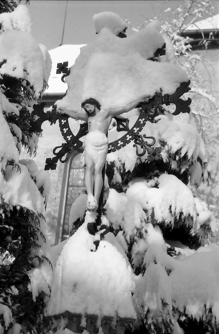 Freiburg, Günterstal: Friedhof Günterstal im Schnee, verschneites kleines Kruzifix, Bild 1