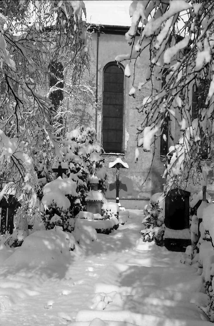 Freiburg, Günterstal: Friedhof Günterstal im Schnee, Gang zur Kirche, Bild 1