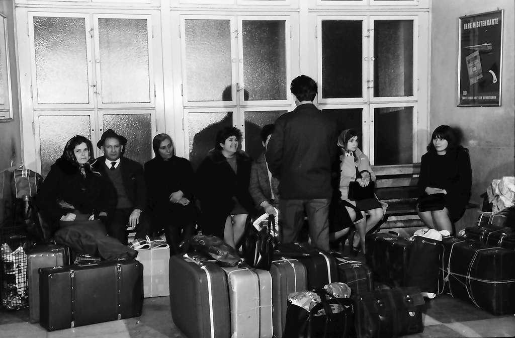 Freiburg: Hauptbahnhof; wartende Gruppe mit Koffer, Bild 1