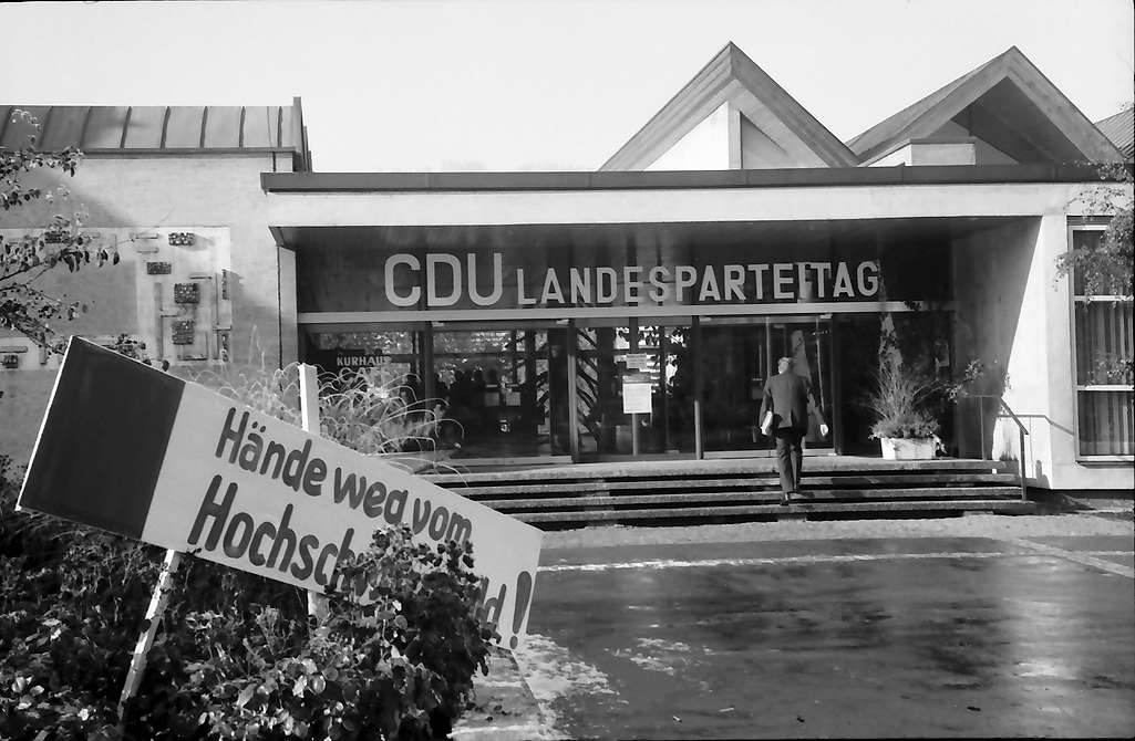 """Hinterzarten: Kurhauseingang mit CDU-Parteitag, Plakate """"Hände weg vom Landkreis Hochschwarzwald"""", Bild 1"""