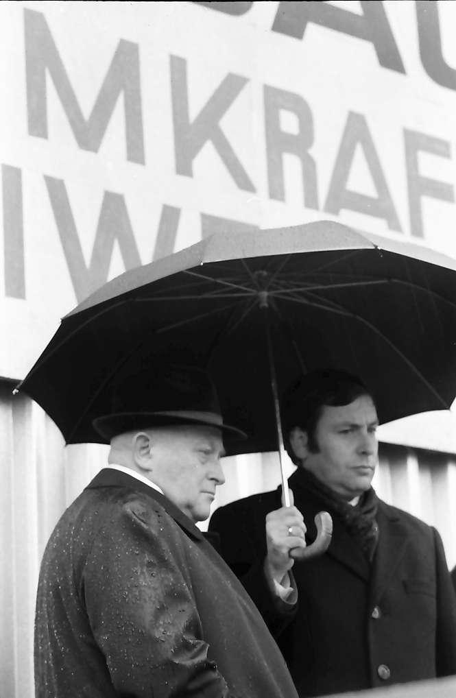Sasbach: Kundgebung gegen Bleiwerk Marckolsheim und Atomkraftwerk Wyhl; Präsident Raither, BLHV auf dem Podium, Bild 1