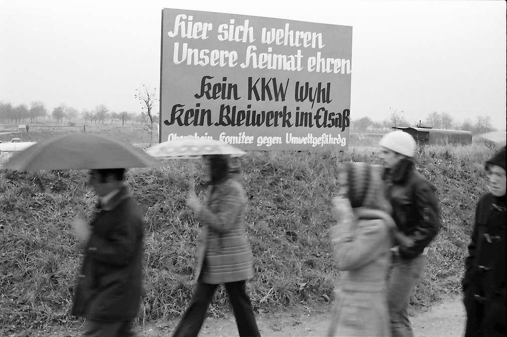 Sasbach: Kundgebung gegen Bleiwerk Marckolsheim und Atomkraftwerk Wyhl; Großplakate, Bild 1
