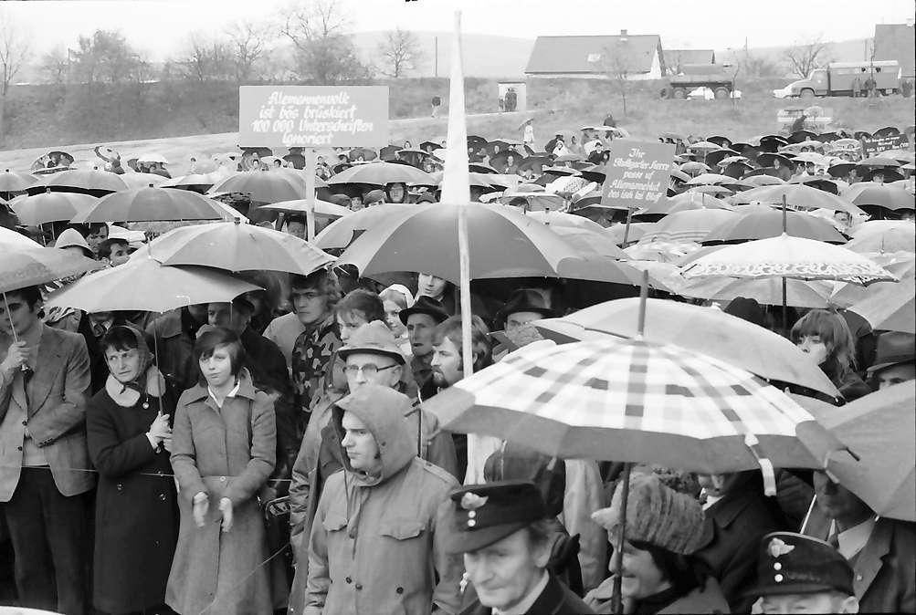 Sasbach: Kundgebung gegen Bleiwerk Marckolsheim und Atomkraftwerk Wyhl; Protestversammlung, total, Bild 1