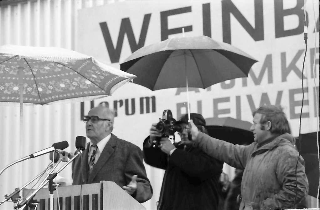Sasbach: Kundgebung gegen Bleiwerk Marckolsheim und Atomkraftwerk Wyhl; Präsident des Badischen Weinbauverbandes Klaus, spricht, Bild 1