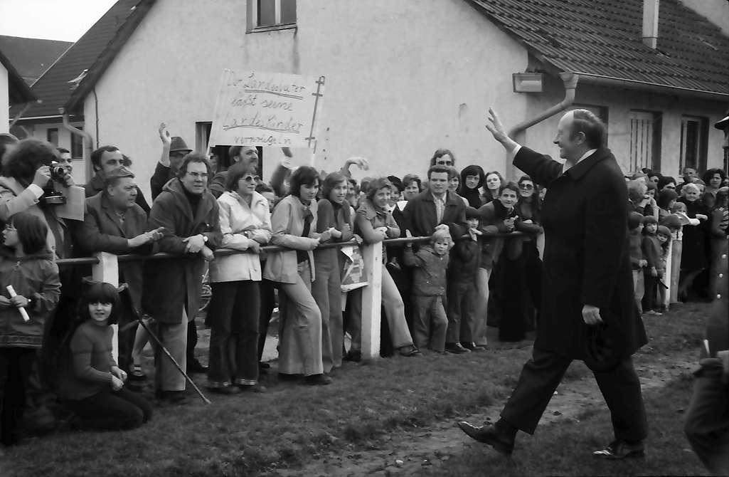 Pfaffenweiler: Ministerpräsident Filbinger begrüßt Demonstranten, Bild 1