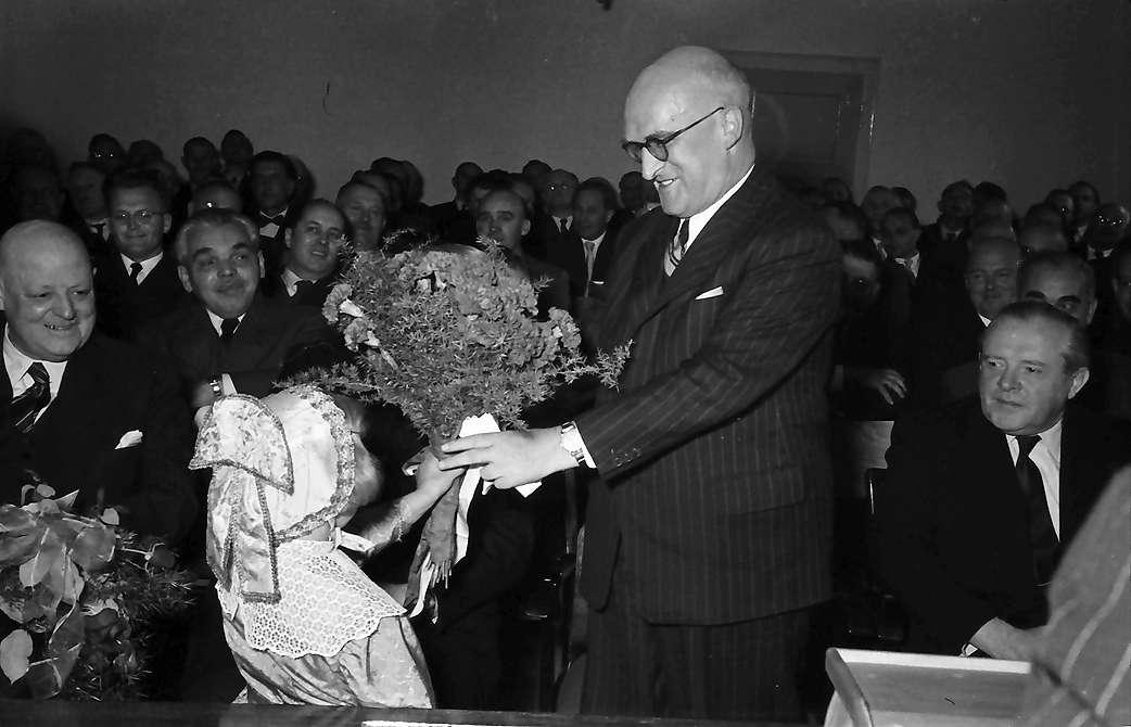 Breisach: Regierungsbesuch zum Wiederaufbaufest in Breisach; Maidli überreicht Blumen an Gebhard Müller, Bild 1