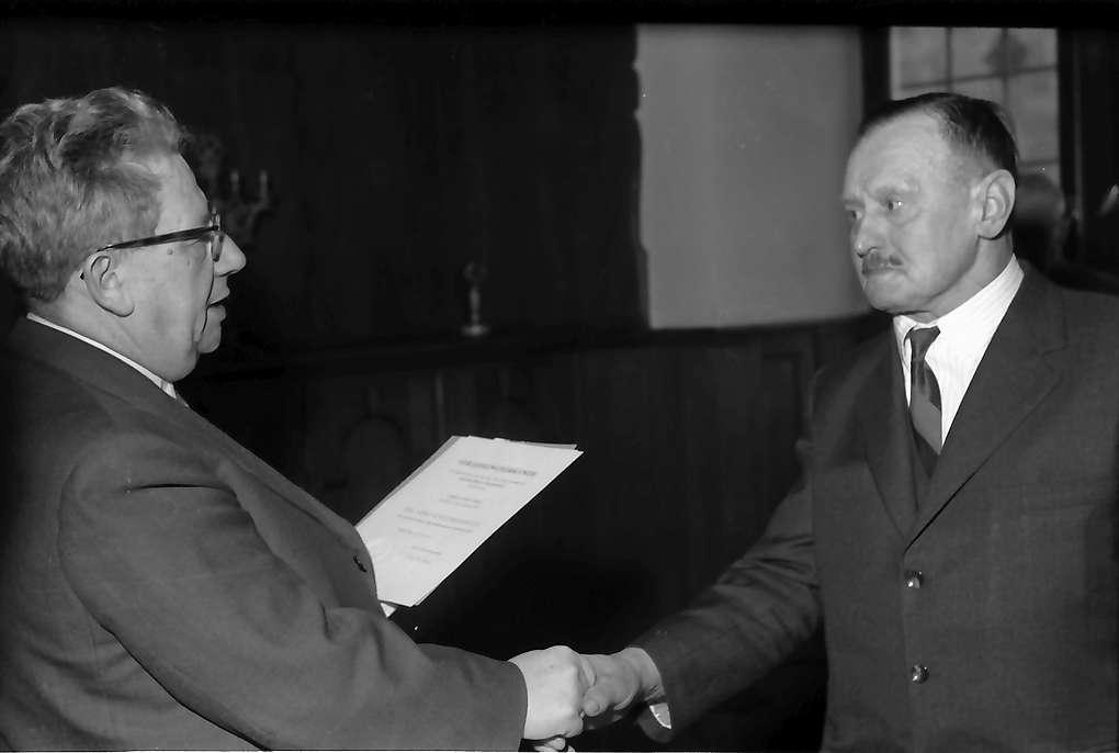 Villingen-Schwenningen: Rathaus; Regierungspräsident Anton Dichtel verleiht Bundesverdienstkreuz an Waldarbeiter Josef Simon, Bild 1