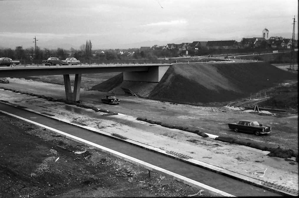 Neuenburg: Landesregierung in Müllheim; Wagen des Ministers auf der Autobahn bei Neuenburg, Bild 1