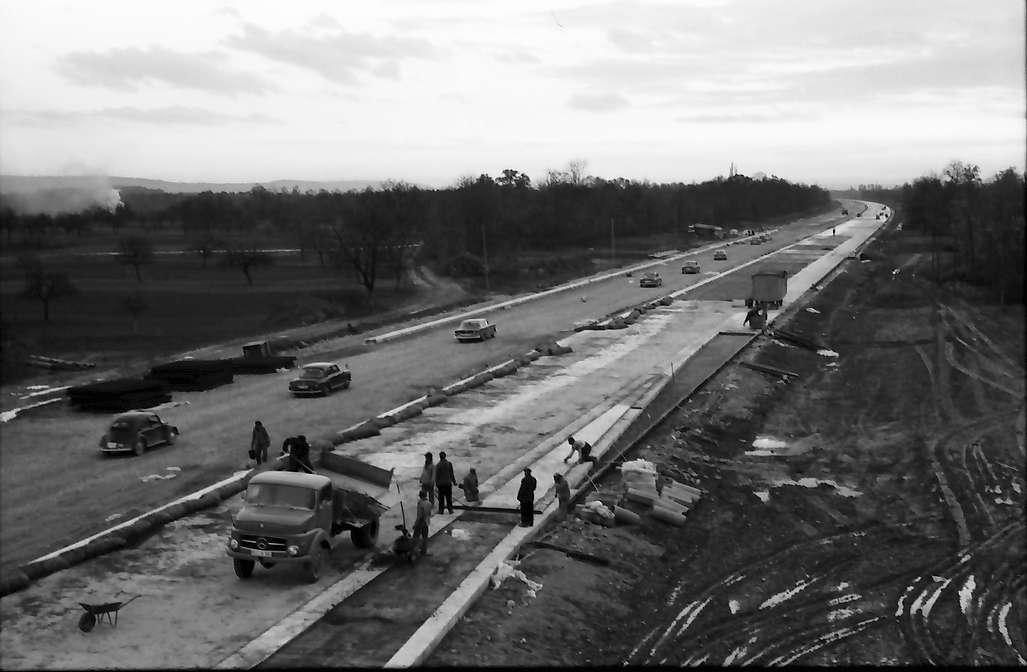 Neuenburg: Landesregierung in Müllheim; Wagen des Ministers auf der Autobahn bei Neuenburg, mit Blick von der Brücke nach Süden, Bild 1
