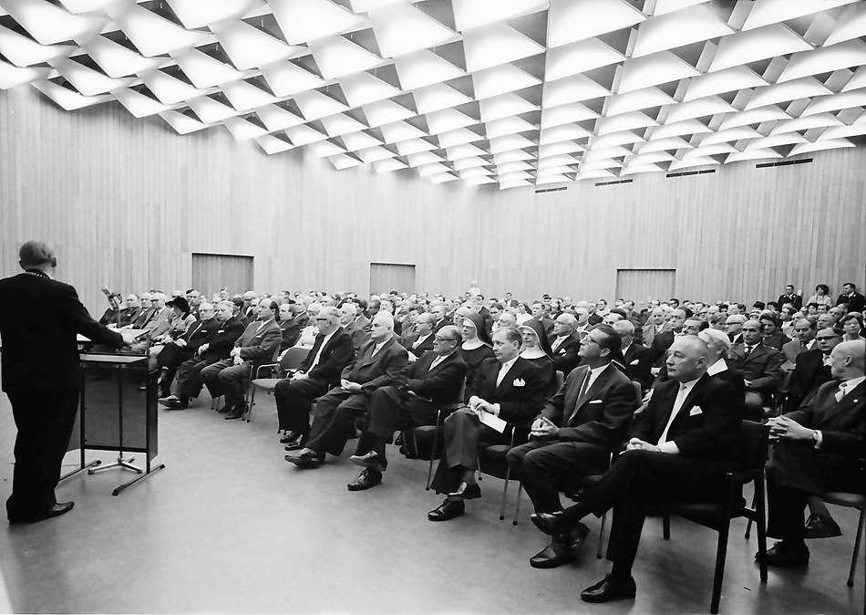 Bad Krozingen: Einweihung des Kurhauses; Saal mit Ehrengästen, Bild 1