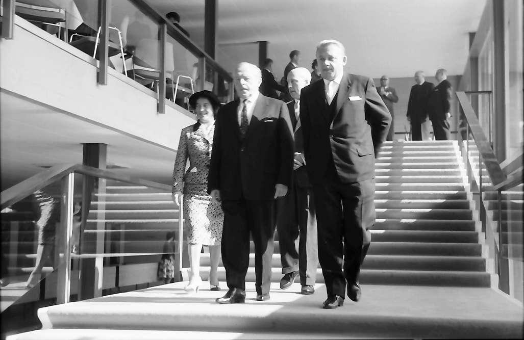 Bad Krozingen: Einweihung des Kurhauses; Minister Veit und Bürgermeister Hellmann auf der Treppe, Bild 1