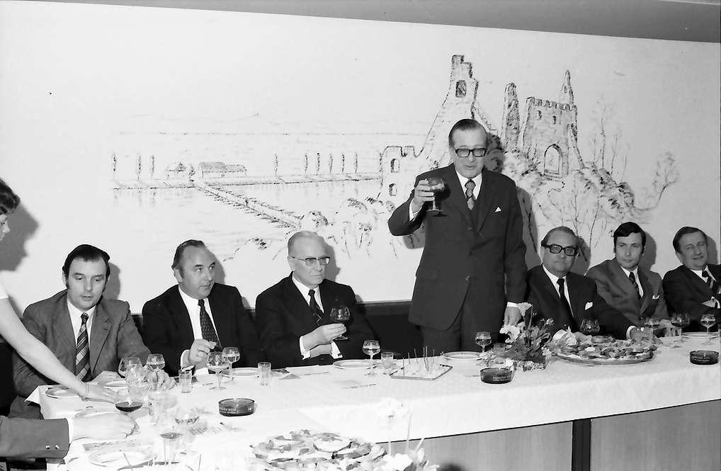 Sasbach: Rathaus; Regionalverband Südlicher Oberrhein, Pressefahrt mit Minister Eduard Adorno; Weinprobe, Bild 1