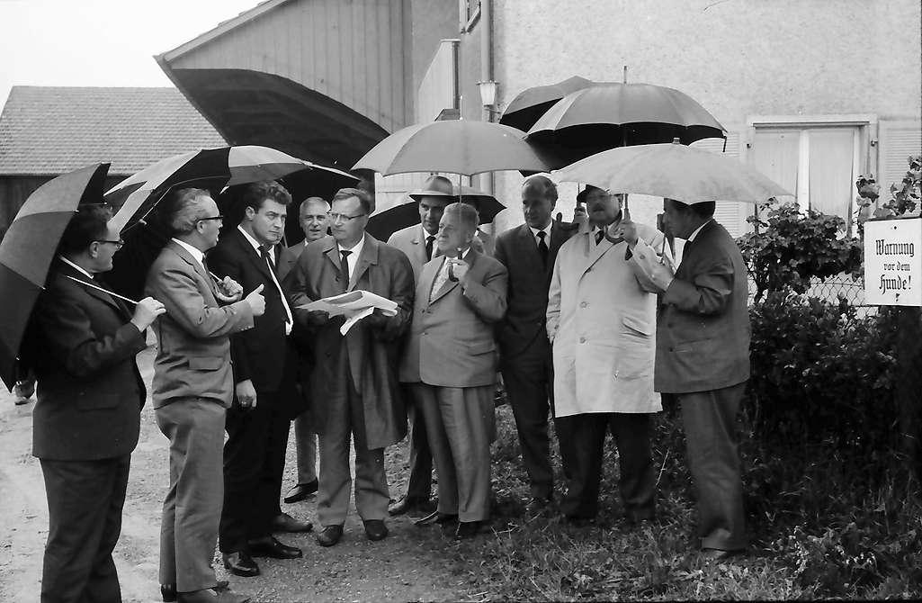 Pfullingen: Straßenbesichtigung mit Regierungspräsident Dichtel, unterm Regenschirm, Bild 1