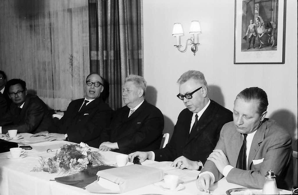 Bellingen: Pressekonferenz mit Wirtschaftsminister Leuze; am Tisch von links nach rechts: Leuze, Dichtel, Ministerialdirektor Koberstein, Landrat, Bild 1