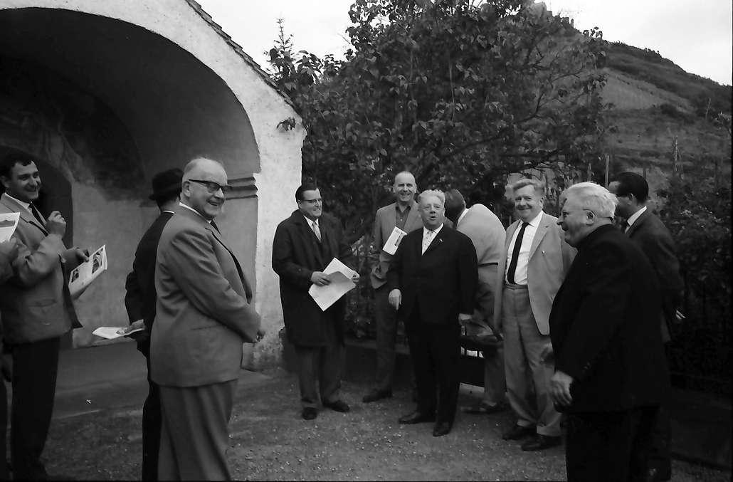 Staufen: Denkmalpflege sakraler Baudenkmäler; Gruppe vor der Magdalenenkapelle, Bild 1