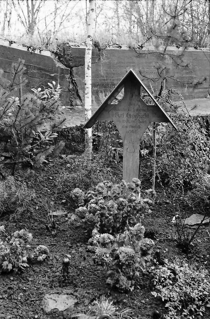Breisach: Rheinwald bei Breisach; Grab eines Opfers der Kampfmittelbeseitigung im Rheinwald, Bild 1