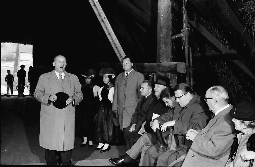 Gutach: Prof. Schilli spricht zu den Gästen auf der Tenne des Vogtsbauernhofes, Bild 1