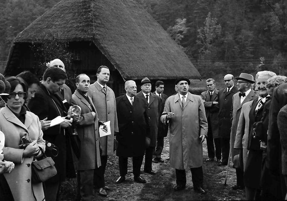 Gutach: Prof. Schilli mit Gruppen im Museumsdorf, Bild 1