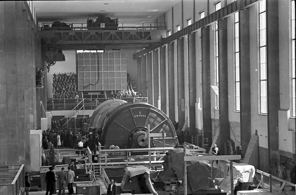 Waldshut: Inbetriebnahme des Kraftwerks Waldshut; versammelte Festgäste in der Krafthalle, von höher gesehen, Bild 1